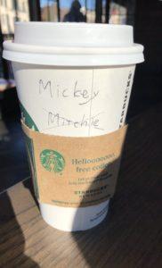 アメリカのコーヒー・チェーン店では時にお客さんの名前をコーヒーカップに書いてもらえます。